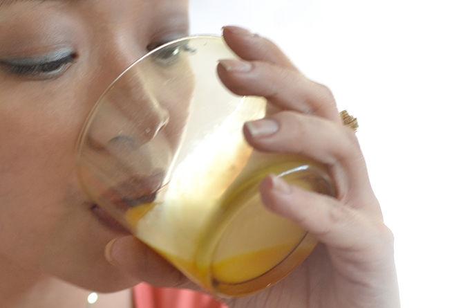 Девушка пьет сырое яйцо