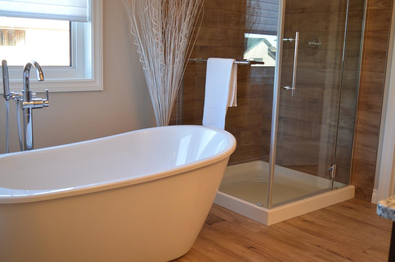 Подготовленная и хорошо освещённая ванная комната