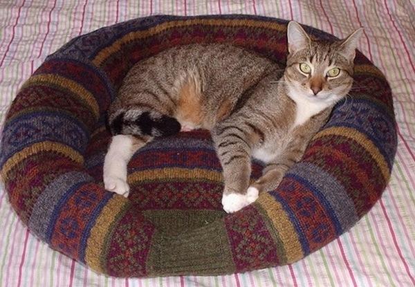 лежанка из свитера-8