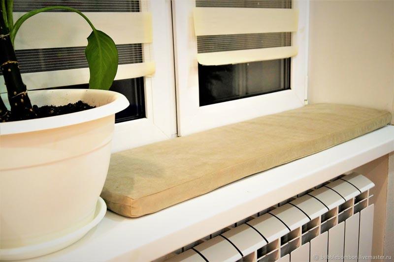 Подушка на окне